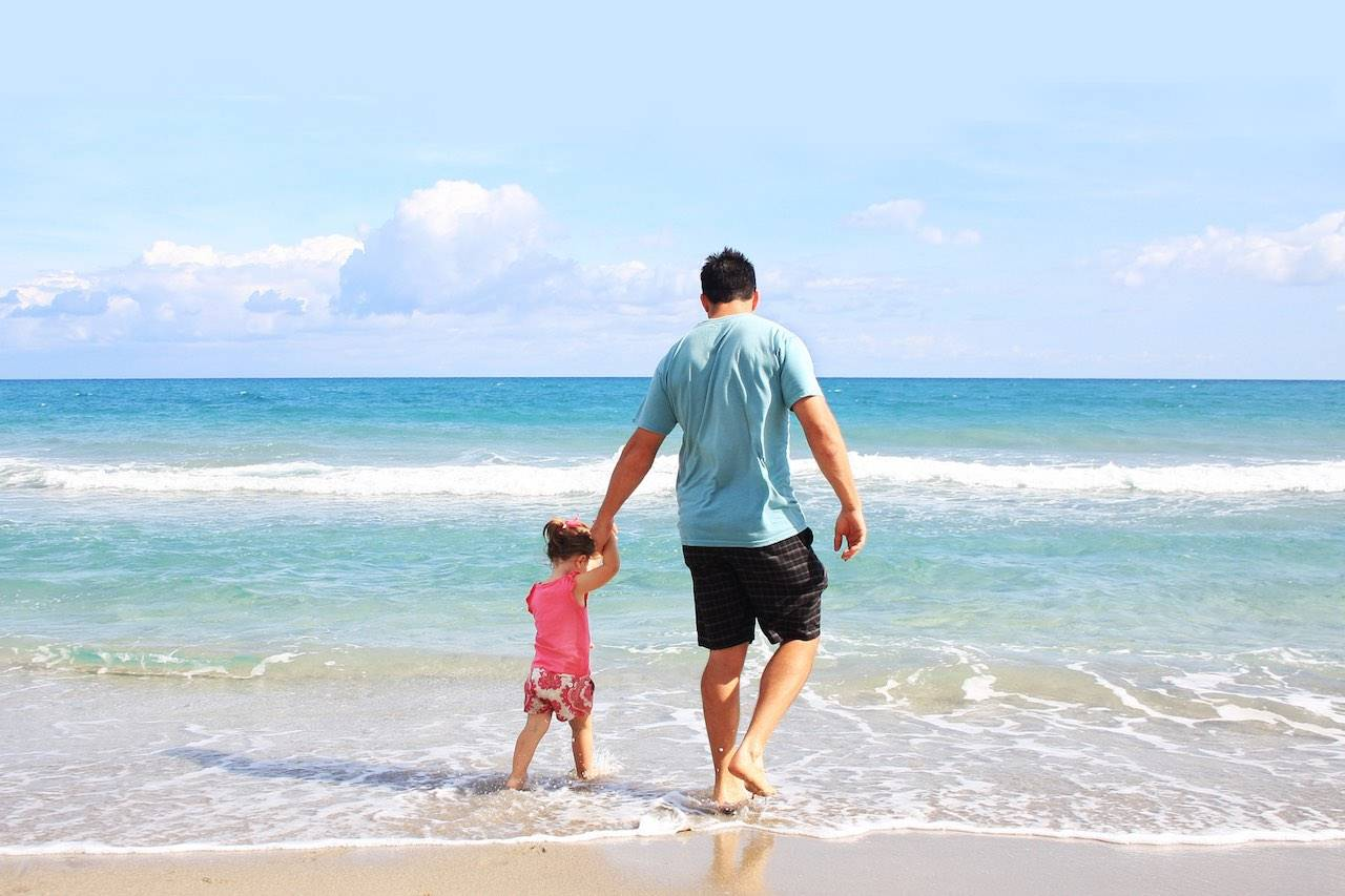 father_daughter_ocean_beach