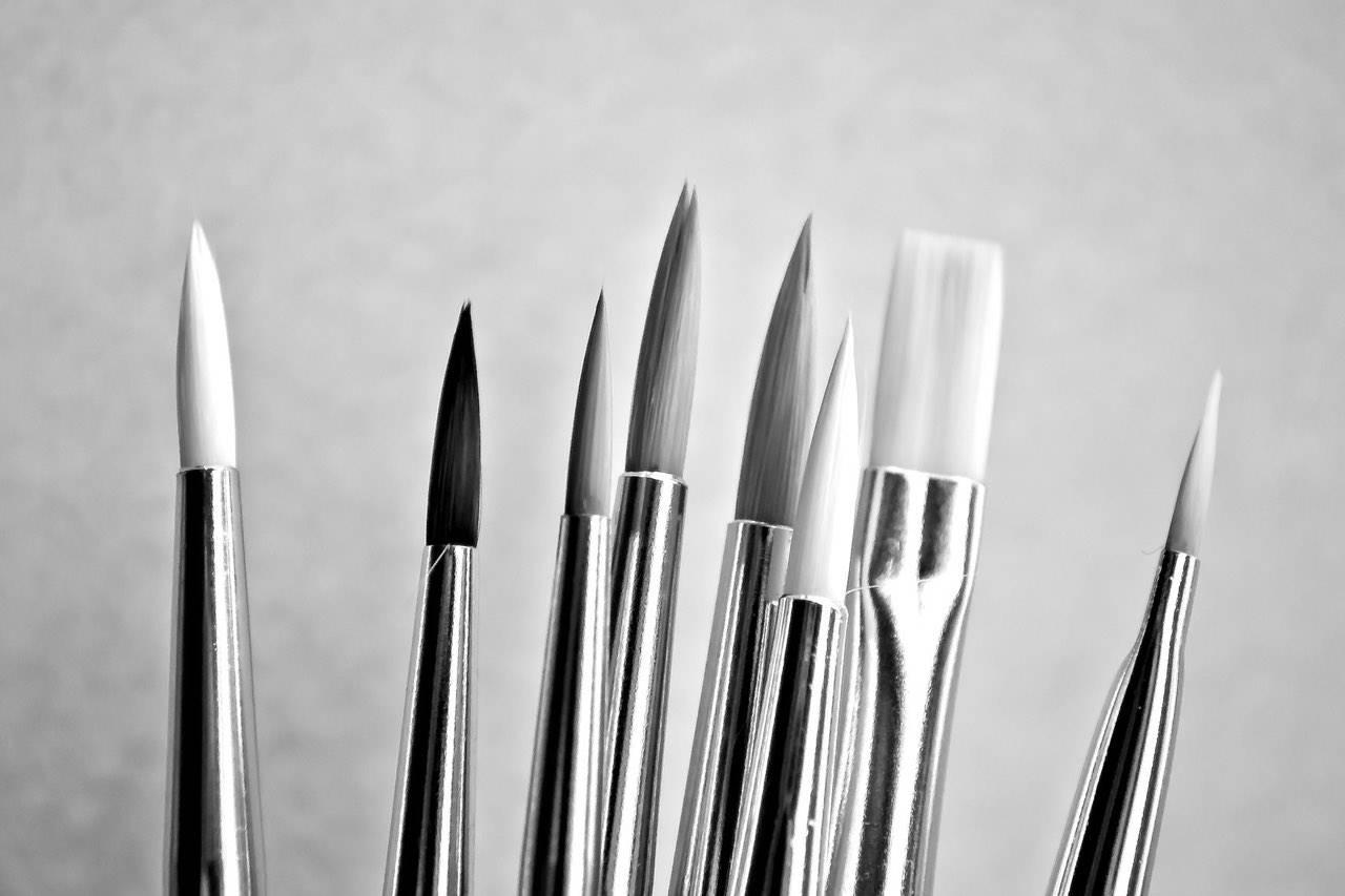 paint brushes black white
