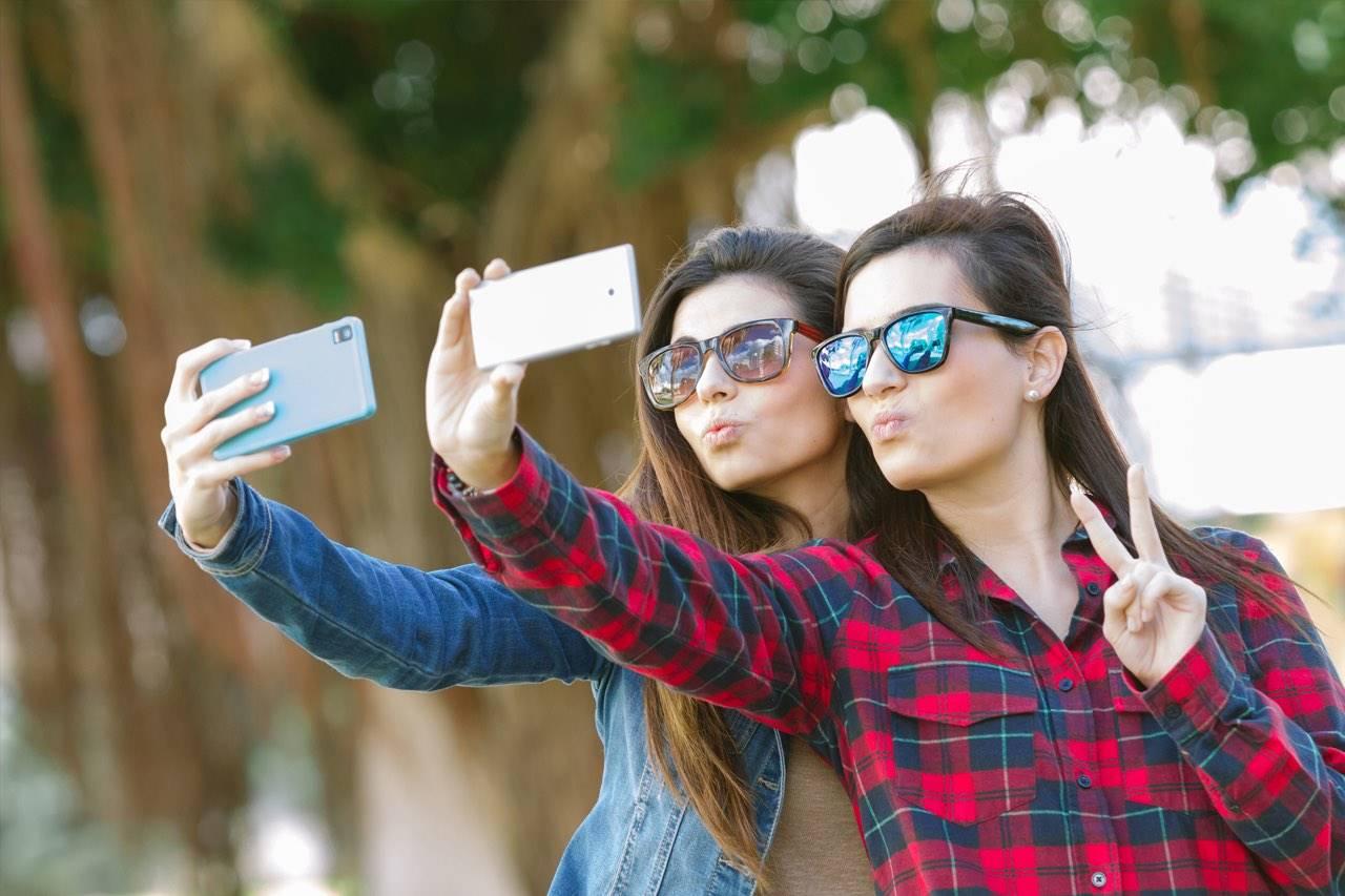 sunglasses-teens-selfie