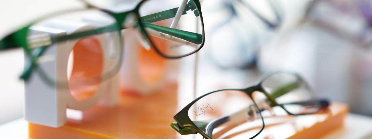 Glasses%20Display%20Blurred%201280x480