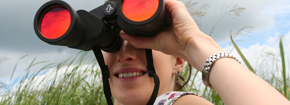 woman%20with%20binoculars