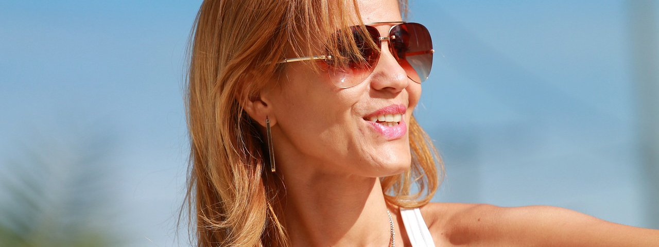 woman-with-sunglasses-1280x480